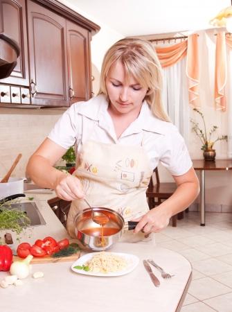 Kobieta gotowania obiad w kuchni. Zdrowe odżywianie
