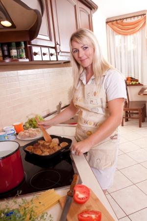 Kobieta, gotowanie obiadu w kuchni. Zdrowe odżywianie Zdjęcie Seryjne