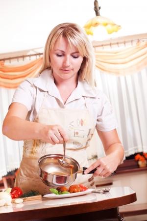 Gotowanie obiad kobieta w kuchni. Zdrowe odżywianie