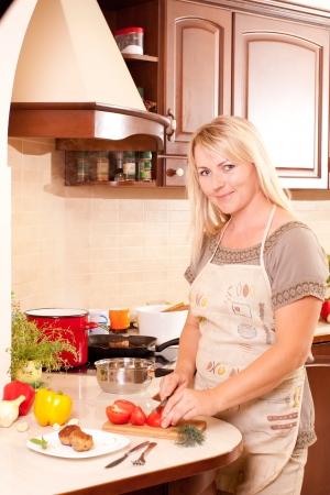 Kobieta, gotowanie obiadu w kuchni Zdrowe odżywianie Zdjęcie Seryjne