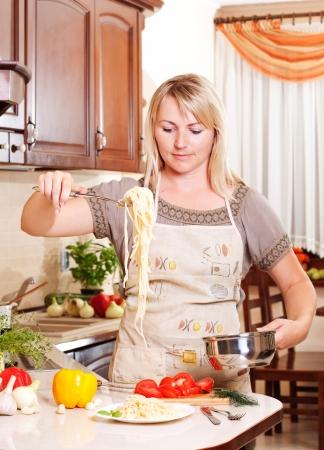 Obiad kobieta gotowania w kuchni Zdrowe odżywianie Zdjęcie Seryjne