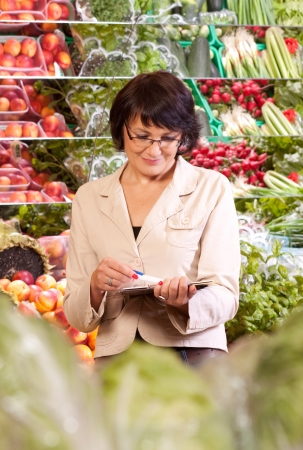 The quality control of fruit and vegetables in a shop Zdjęcie Seryjne