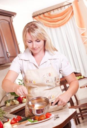 Kobieta gotowanie obiadu w kuchni. Zdrowe odżywianie