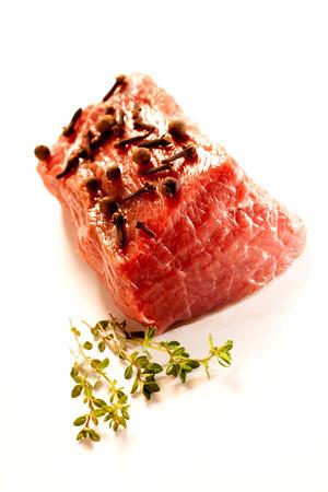 Wołowina - spełnianie surowego mięsa na obiad.