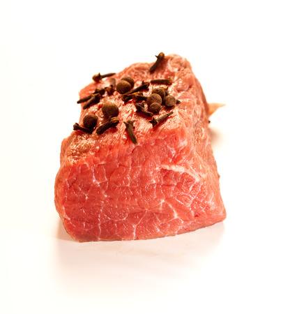Wołowina służąc surowego mięsa na kolację. Zdjęcie Seryjne