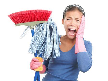 sirvienta: Primavera de desesperaci�n de limpieza - oh no! Mujer molestos y harto sobre la limpieza de la casa. Hermosa raza mixta modelo asi�tico  cauc�sicos aislado sobre fondo blanco.