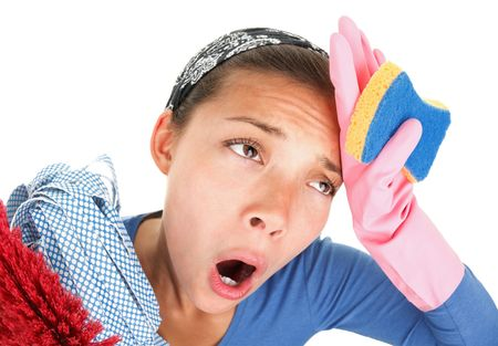 casalinga: Donna stanco ed esaurito da pulizia della casa. Divertente immagine con effetto fisheye sottile. Seamless sfondo bianco per lo spazio di copia.