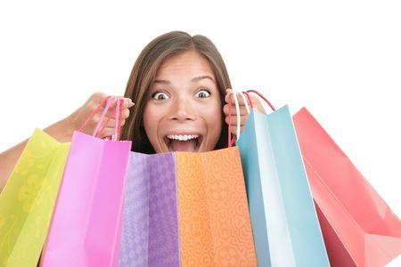 donna entusiasta: Donna di shopping. Felice donna eccitata, tenere il suo shopping bags mentre urlando di gioia. Modello di donna giovane indoeuropea  cinese bella carino di razza mista. Isolato su sfondo bianco.