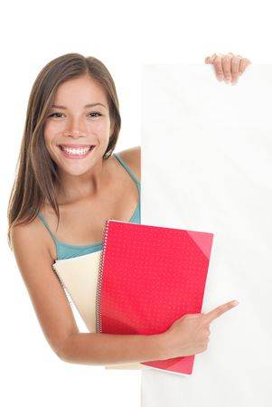 etudiant livre: �tudiant pointant poster de signe montrant billboard vide. Belle course mixte cute caucasien  chinois jeune femme mod�le. Isol� sur fond blanc.