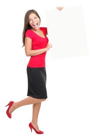 full red: Businesswoman bella mostra bordo bianco vuoto. Casual business emozionato e felice di giovane donna isolata in piedi in tutto il corpo. Modello Cina  Caucasian asiatico.