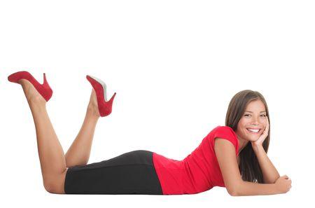 Vrouw liegen omlaag op de vloer geïsoleerd op wit. Casual jonge ontspannen en gelukkig vrouw knip in volledige lengte. Gemengde Aziatische model van de Chinese  Kaukasus. Stockfoto