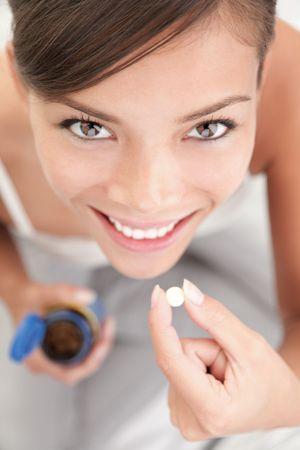 witaminy: Nasenne  kobieta witaminy. Kobieta podejmowanie nasenne lub witaminy tabletek.