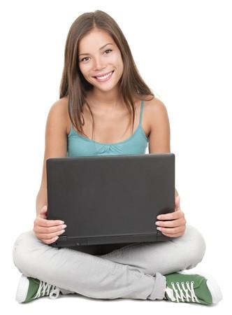 Vrouw student zitten met laptop geïsoleerd op een witte achtergrond. Young multiraciale Chinese Aziatische / Kaukasische vrouwelijke model.  Stockfoto - 6959510