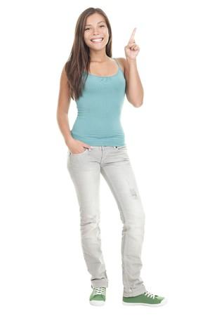 personas de pie: Mujer hacia arriba permanente en longitud completa - aislada sobre fondo blanco. Young Asian cauc�sica modelo femenino.