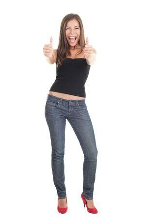 Succes vrouw op witte achtergrond geïsoleerd - enthousiast geven duimen omhoog. Prachtige casual Aziatisch  Kaukasische jonge vrouwelijke model in 20s.  Stockfoto