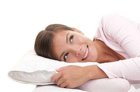 despertarse: Mujer buscando so�ando despierto. Mujer relajante en cama aislado sobre fondo blanco.  Foto de archivo