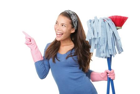 mujer limpiando: Limpieza de mujer y apuntando a  mostrando su producto o mensaje al lado. Aislados sobre fondo blanco.
