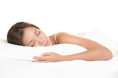 durmiendo: Mujer durmiendo en la cama. Mujer durmiendo aislado sobre fondo blanco.  Foto de archivo