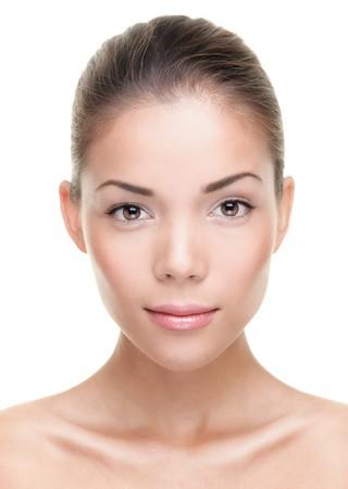 gezicht: Portret van de vrouwelijke schoonheid. Gezicht close-up van de prachtige mooie gemengd Chinese Aziatisch  Kaukasische vrouw. Geïsoleerd op een witte achtergrond. Stockfoto