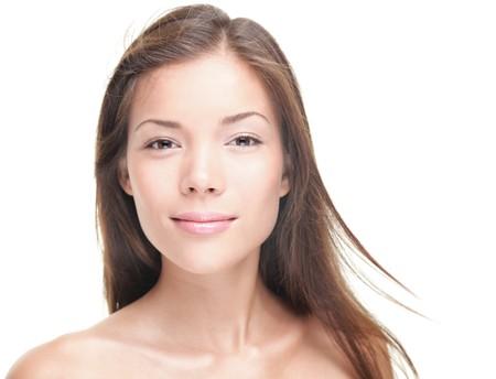 女性の美しさの肖像画。美しい若い女性 - 純粋な自然の美しさ。混合レース アジアコーカサス地方の女性モデルのクローズ アップの肖像画。白い