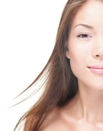 half and half: Cara de mujer mitad con copia-espacio de lado. Retrato de la bella mujer cauc�sicos asi�tica sobre fondo blanco. Concepto de tratamiento de belleza de maquillaje. Foto de archivo