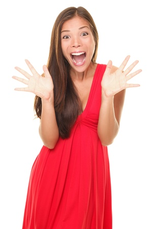 驚き !赤いドレスを着て興奮して驚かれる若い女性の肖像画。幸せな陽気なアジアコーカサス地方女性モデル白い背景で隔離されました。