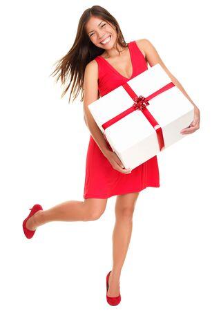Valentines vrouw speelse, vrolijke en opgewonden staande geïsoleerd in volle lengte op witte achtergrond. Aziatische Chinese  white Kaukasische model.