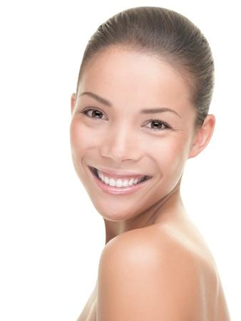 여자 아름다움입니다. 흰색 배경에 고립 된 젊은 웃는 여자의 초상화. 혼합 된 경주 아시아  백인 모델입니다.