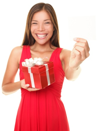 Valentines gift card woman showing empty blank business card / gift card with copy space room for design or text,Isolated on white background. Beautiful young female model smiling holding present, Foto de archivo