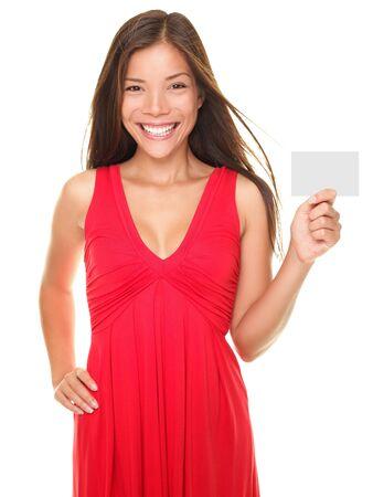 Mooie jonge vrouw bedrijf leeg empty glimlachend Meld kaart of Valentijnsdag kaart met copyspace. Amerikaanse portret van Aziatische Kaukasische model geïsoleerd op witte achtergrond.