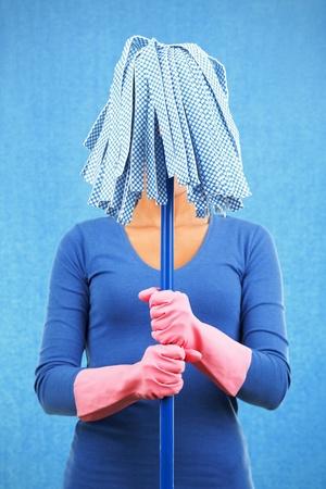 mujer limpiando: Limpieza mujer divertida celebraci�n mop listo para primavera. Foto de archivo