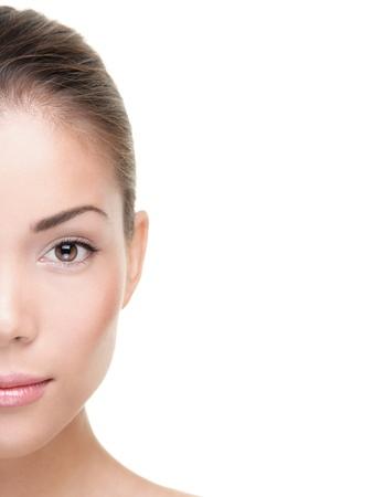 Bellezza della pelle cura donna mezza faccia isolato su sfondo bianco. Bella gara mista giovani asiatici / Caucasian modello femminile. Archivio Fotografico - 8513472
