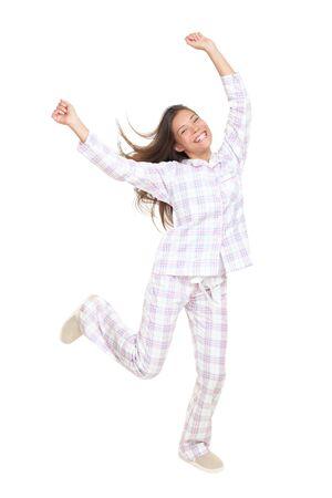 Pyjamas Frau fröhlich tanzen. Isolated on white Background in vollen Körper.