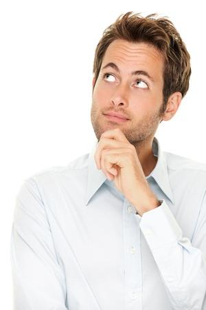 denker: Denken man geïsoleerd op een witte achtergrond. Closeup portret van een toevallige jonge nadenkend zakenman kijken op copyspace. Kaukasische mannelijk model.