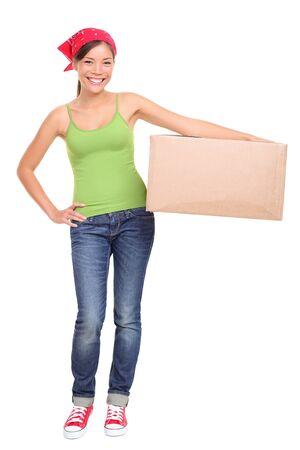 Moving day. Jonge vrouw met bewegende kartonnen doos. Aziatische Kaukasische vrouwelijke model geïsoleerd op een witte achtergrond staande in volle lengte. Stockfoto