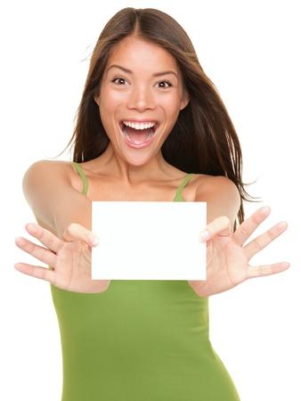 Gift card. Opgewonden vrouw lege blanco papier kaart teken met kopiëren ruimte voor tekst tonen. Prachtige multi etnische Chinese Aziatische  white female model Kaukasische geïsoleerd op een witte achtergrond.