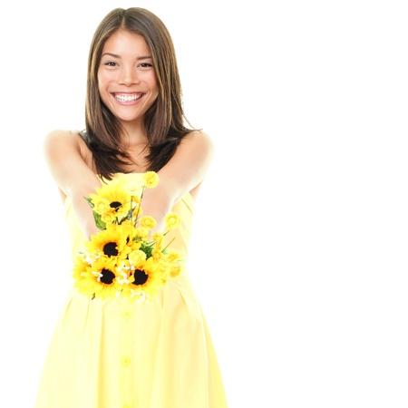 Vrouw die lacht weergegeven: gele bloemen geïsoleerd op een witte achtergrond. Prachtige verse jonge gemengd ras Aziatische Kaukasische vrouwelijke model in leuke zomerjurk.