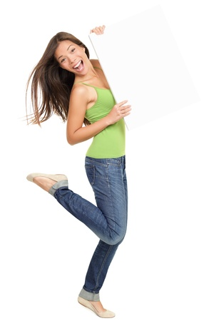 letreros: Mujer con se�al billboard sonriente fresco. Hermosa l�dica casual cauc�sica  Asia mujer mostrando signos en blanco de longitud completa. Aislados sobre fondo blanco. Foto de archivo