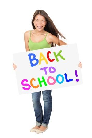 Universiteitsstudent bedrijf terug naar school teken staande geïsoleerd op een witte achtergrond. Aziatische Kaukasische vrouwelijke student glimlachend gelukkig.