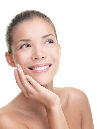 Asian beauty pelle cura donna sorridente Close-up. Beautiful young woman toccando il suo viso cercando di lato. Isolato su sfondo bianco. Modello asiatico / indoeuropeo di razza mista. Archivio Fotografico - 9607530