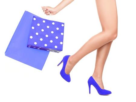 ショッピング バッグ女性 - 女性と青のショッピング バッグのショッピングの分離のクローズ アップ。白い背景で隔離されました。 写真素材