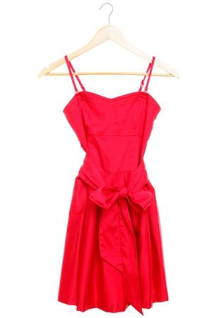 Rode jurk op hanger op een witte achtergrond.