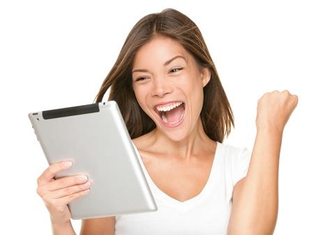 donna entusiasta: Donna computer tablet eccitato guardando touch pad pc. Allegro felice fresco asiatiche indoeuropeo modello femminile. Archivio Fotografico