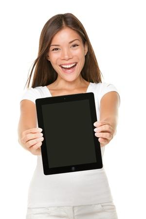 Touch pad tabletcomputer. Vrouw weergegeven: touchpad scherm van tablet PC. Scherm en model zijn beide scherp. Vrolijke gelukkig mixed-race Kaukasische Aziatische meisje glimlachend opgewonden geïsoleerd op witte achtergrond Stockfoto