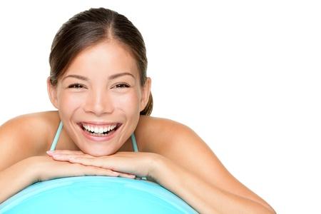 saludable: Mujer Fitness ball pilates - foto de estilo de vida saludable. Fresco retrato sonriente feliz de raza mixta asi�tica C�ucaso femenina modelo apoyado en pelota de entrenamiento de gimnasio azul. Aisladas sobre fondo blanco.