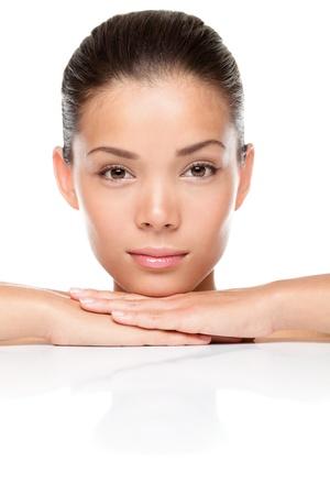 얼굴 표정: 미용 피부 관리에 직면하고 있습니다. 아름다운 아시아 여자 모델 얼굴 근접 촬영. 스파에서 매력적인 혼혈 중국 아시아  백인 여성 모델. 흰색 배경에 고립.