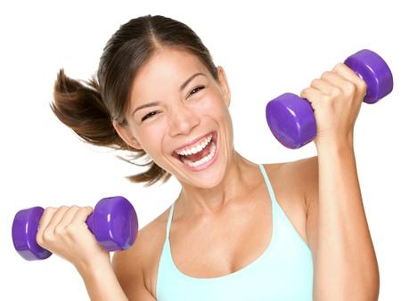幸せなフィットネス女性の陽気な新鮮でエネルギッシュな笑みを浮かべてダンベルを持ち上げます。白の背景に混合レース アジア白人トレーニング