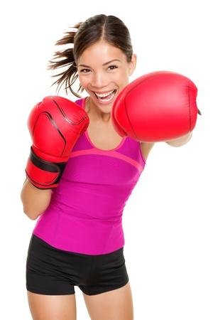 Boxer - mujer fitness boxeo llevaba guantes de boxeo. Instructor de boxeo Fitness punzonado divertida y fresca hacia la cámara. Raza mixta hermosa chica de gimnasio asiáticos y caucásicos aislada sobre fondo blanco. Foto de archivo