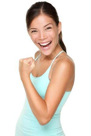 arm: Donna di idoneit� mostrando fresca energia flettendo i muscoli bicipiti sorridente felice isolato su sfondo bianco. Bella forma di razza mista asiatica caucasica femmina fitness modello energico e divertente.