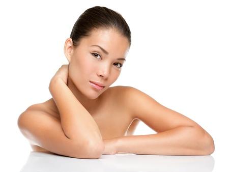 modellini: Bellezza viso pelle cura donna seduta ritratto di bella attraente misto razza asiatica  indoeuropeo femminile modello cinese isolato su sfondo bianco.